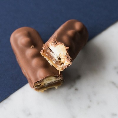 Barre chocolatée Biscuit Caramel Nougat Cacahuète